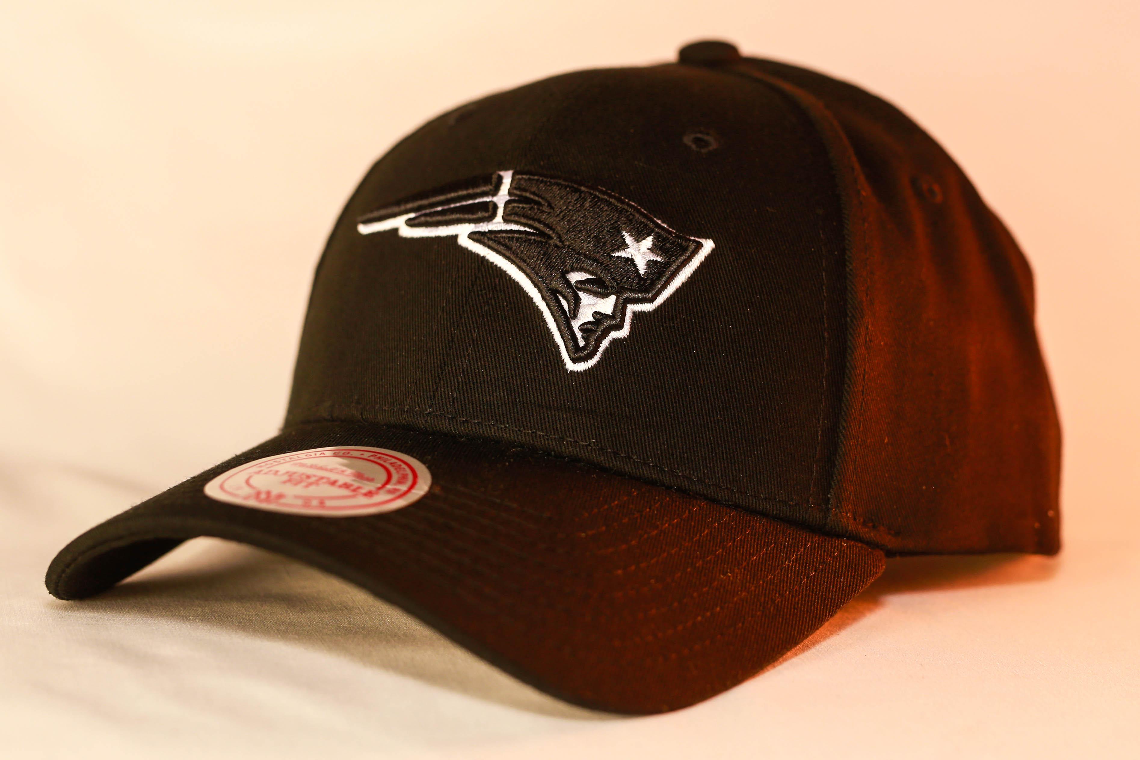 huge discount 581b2 8db9c Mitchell & Ness Logo Low Pro Snapback Black & White New England Patriots  Men's & Women's